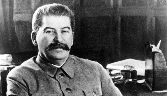 В центре Москвы уже неделю висит баннер со Сталиным. Фото