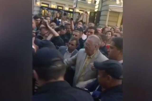 Суд арестовал прохожего, которого Жириновский ударил на Никольской